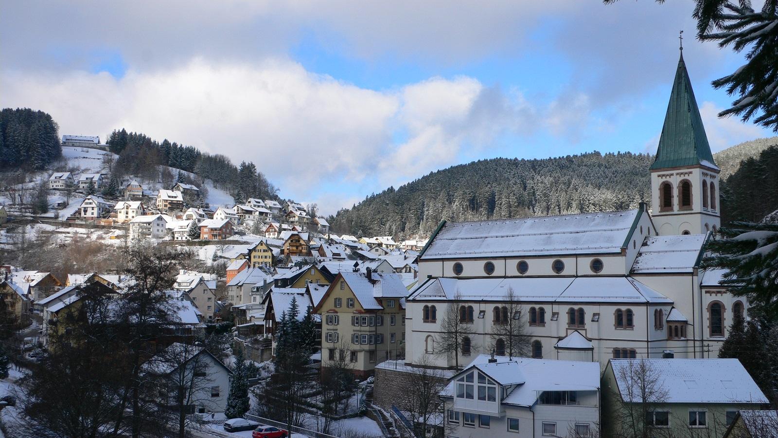 Ortsansicht auf Kirche im Winter