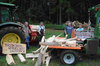 FBG-Vorstand mit Holzspalter und Bündler